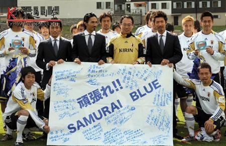 exile赶往瑞士为日本足球队送上应援旗帜